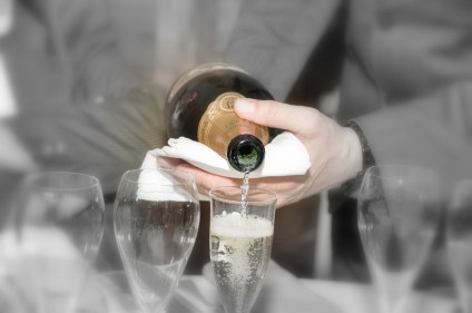 Service du Champagne Belle Epoque pendant soiree oenologique La Bouitte