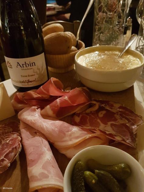 Tome des Bauges AOP - Matouille et vin Mondeuse Savoie