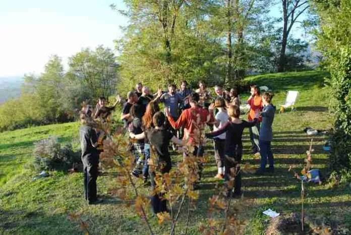 Corso di Permacultura della New School of Permaculture presso Tertulia. Credit https://i2.wp.com/www.tertulia.farm/wp-content/uploads/2016/03/new-school-permaculture09.jpg?resize=696%2C466