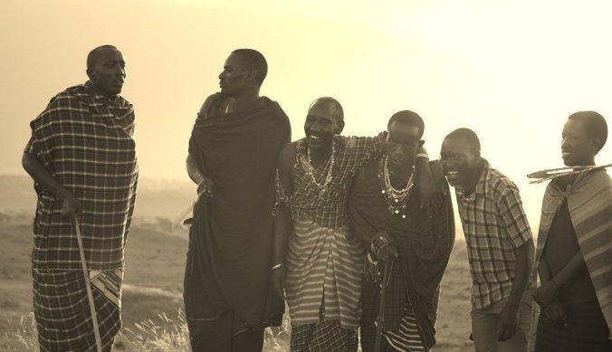 Maasai dansen op heuvel tijdens sundowner