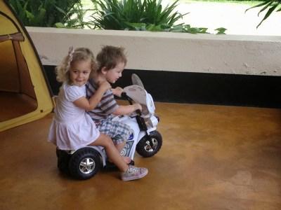 Julian en Isabella op de motor