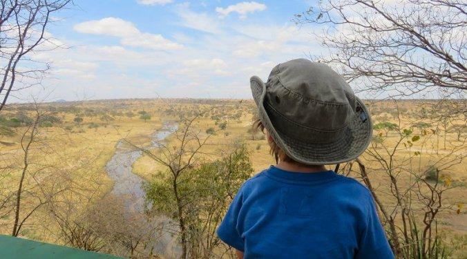 Julian genietend van het uitzicht over Tarangire National Park