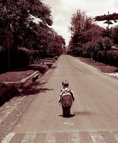 Julian lopend naar school