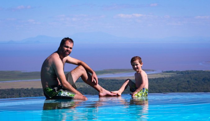 Bas en Julian in het zwembad van Serena Lake Manyara Lodge