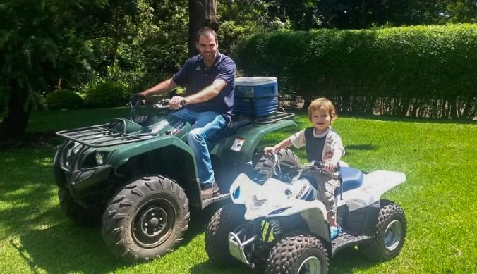 Bas en Julian samen op de quadbikes