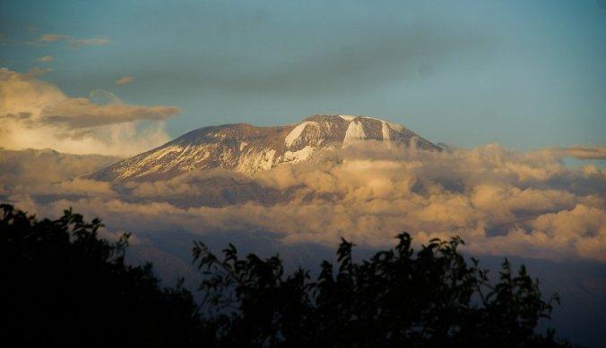 Besneeuwde bergtop van de Kilimanjaro