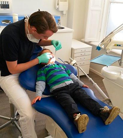 Julian bij de tandarts in Nederland
