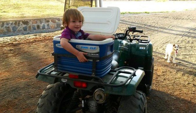 Julian in de quadbike van papa