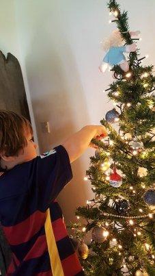 De kerstboom versieren