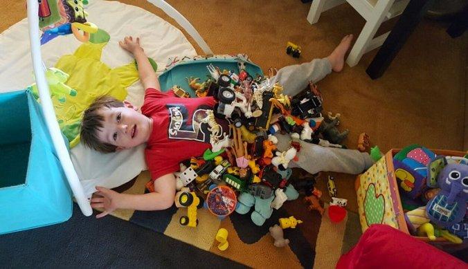 Bedolven onder het speelgoed