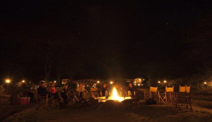 Kampvuur onder de Afrikaanse sterrenhemel | Olivers Camp van Asilia Africa