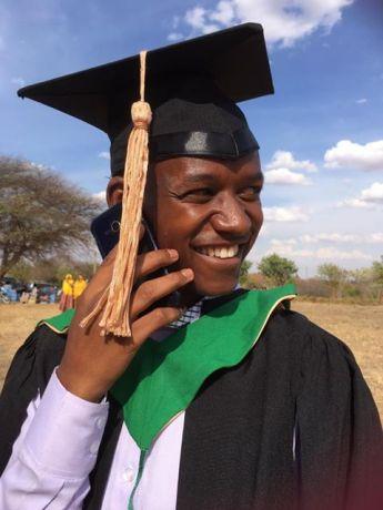 Voormalige straatjongen afgestudeerd aan de universiteit van Dodoma