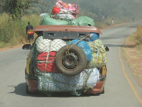 Een auto afgeladen vol | This is why I love Africa