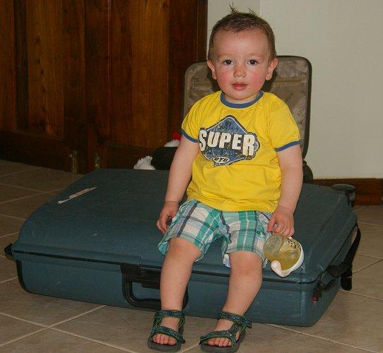 Julian bij aankomst in Tanzania op de koffer