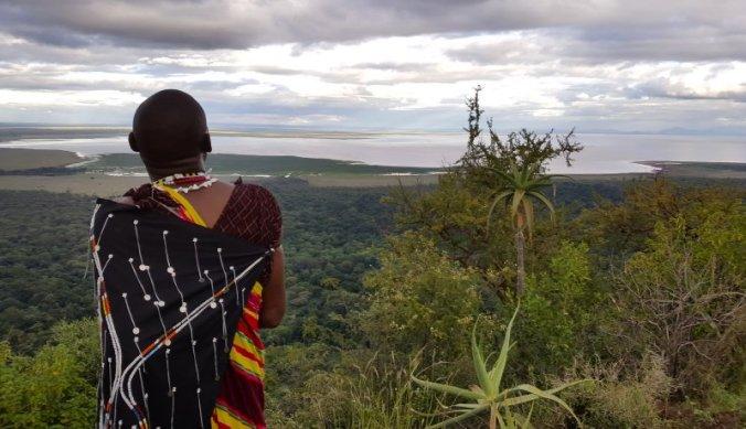 Maasai uitkijkend over Lake Manyara