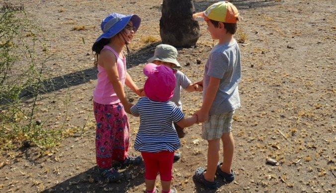 Julian en Juliana herenigd - samen met broertje en zusje in een kringetje