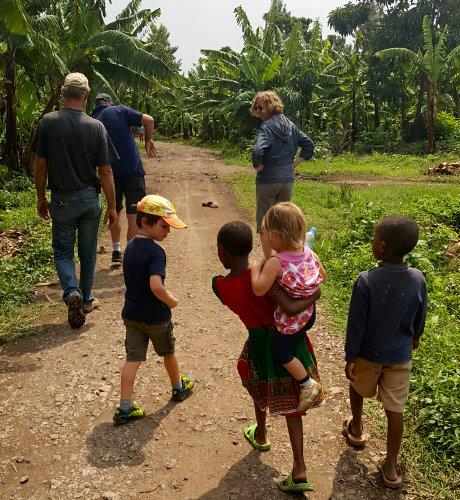 Wandeling tussen de bananenplantages in Mto wa Mbu