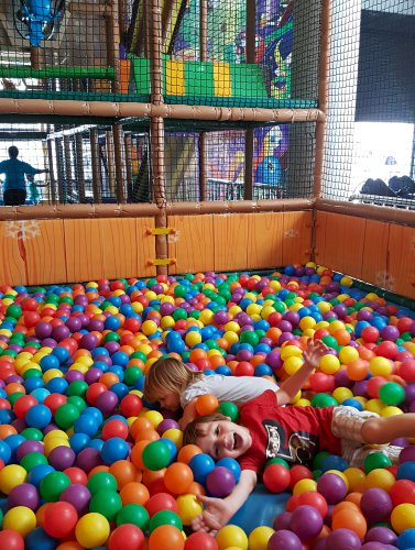 Plezier in de ballenbak van speeltuin The Hub in Nairobi