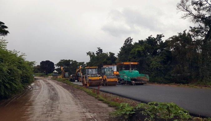Graders en machines werken aan de weg in Tanzania