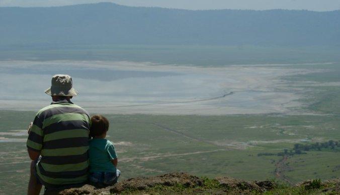 Jong en oud genieten samen op de rand van de Ngorongoro krater