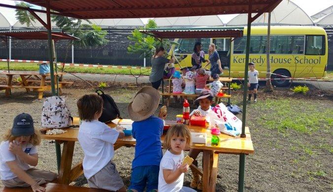 Snacktime en pauze tijdens het schooluitje op de farm in Arusha