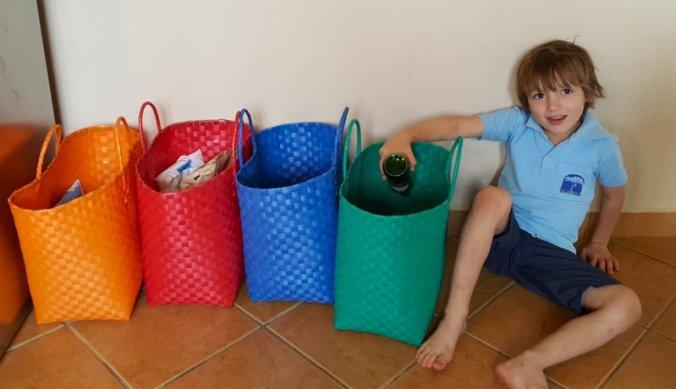 Afval scheiden in verschillende gekleurde mandjes