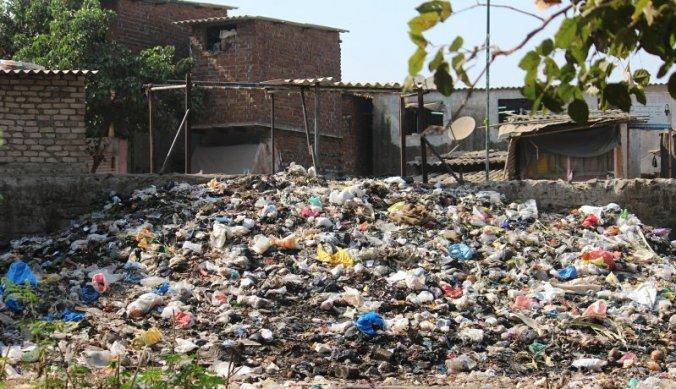 Plastic afval wordt achteloos weggegooid en verbrand
