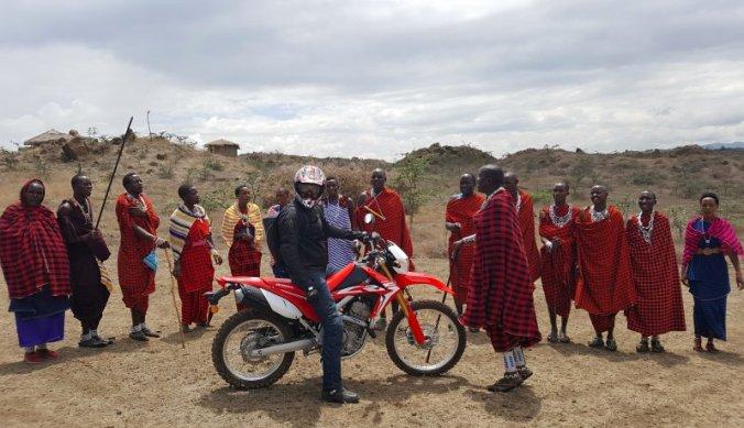 Afscheid bij Maasai Lodge op de motor