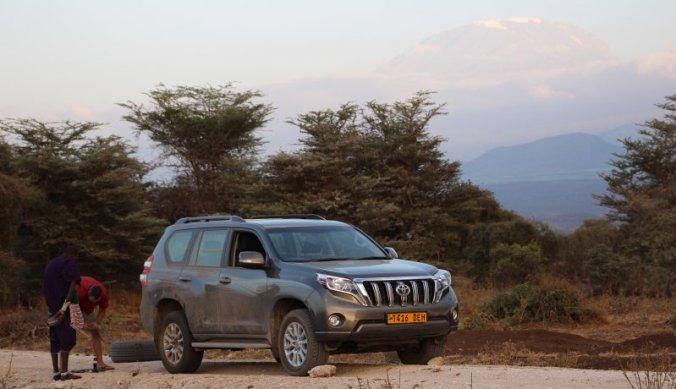 Lekke band verwisselen in West Kilimanjaro