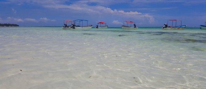 Bootjes op het water op Zanzibar