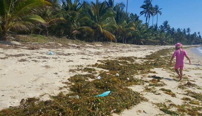 Plastic op het strand aan de kust van Tanzania
