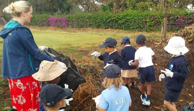 Op zoek naar afval op het schoolterrein tijdens World Clean Up Day 2020