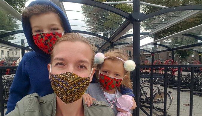 Familiebezoek aan Nederland met mondkapje