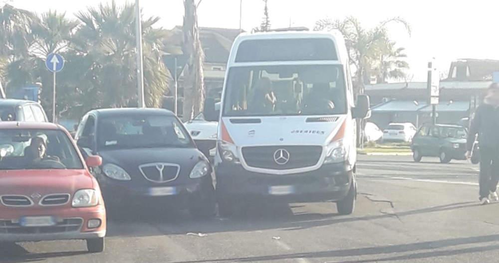 Ladispoli, incidente questa mattina tra un'auto ed un bus urbano