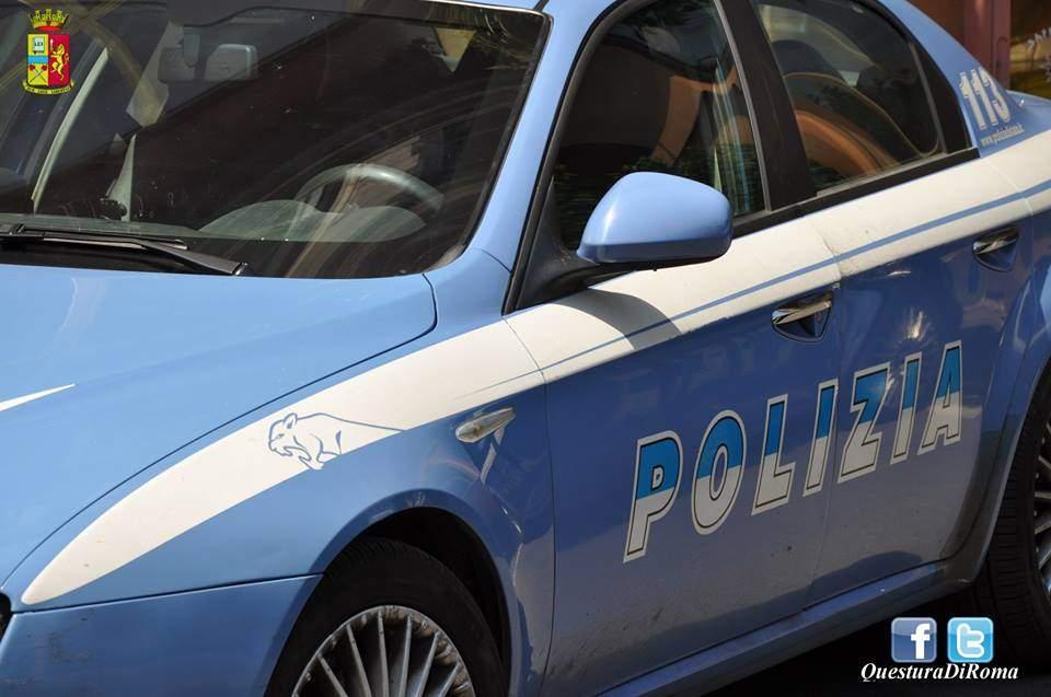 Colli Portuensi, si avvicina con lo scooter poi rompe vetro auto e ruba borsa: ferita donna al volante