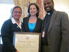 Nun Azezet receiving the 2012 Hero Acting to End Modern Day Slavery Award