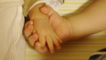 手をつなぐ赤ちゃん
