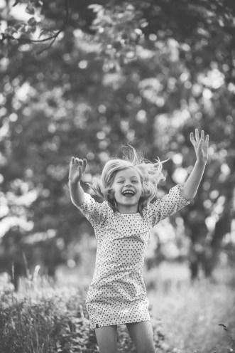 Tessa Trommer Fotografie Erfurt Kinderfotografie Lebensfreude Springen Draussen Garten
