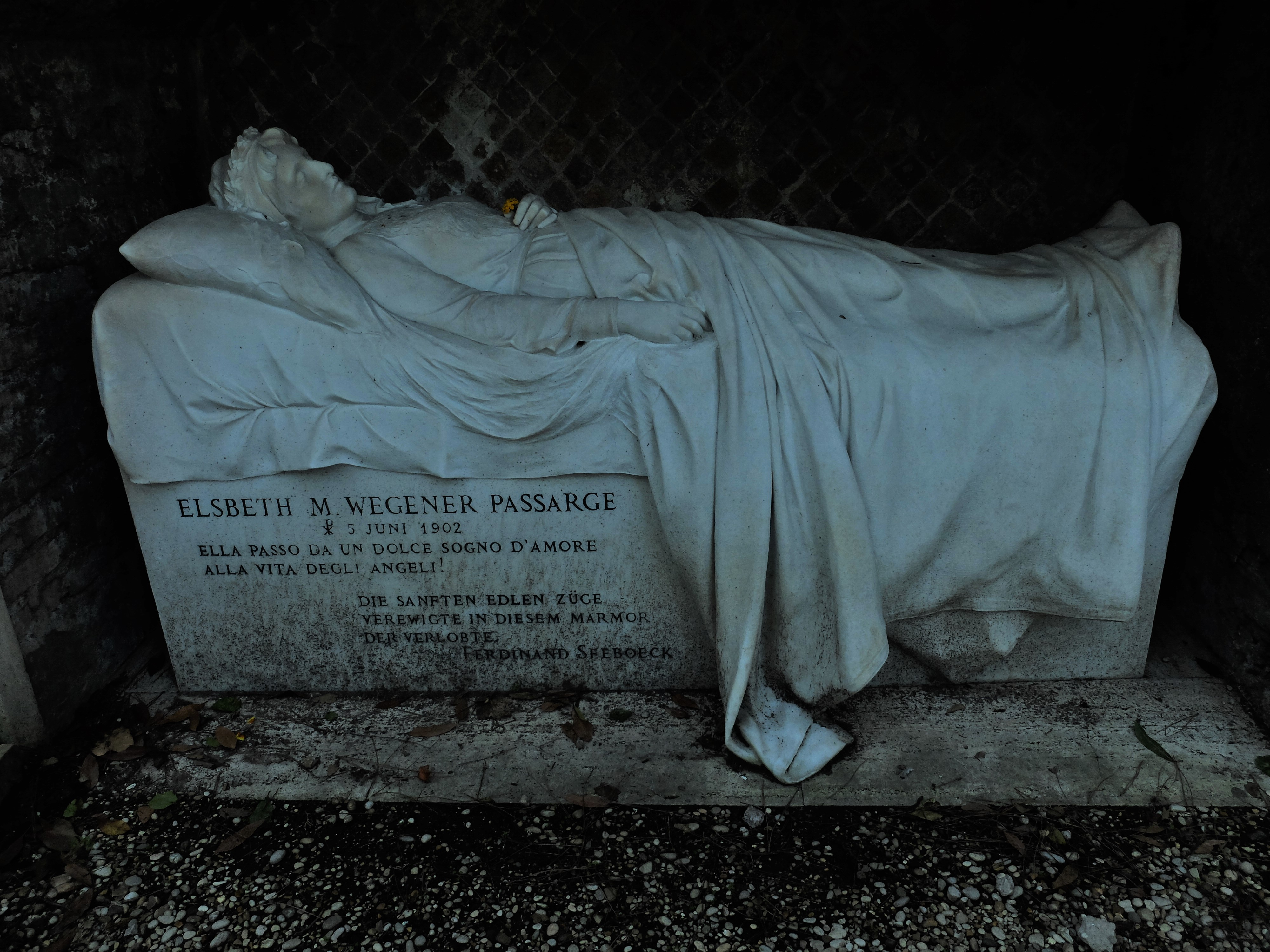 If you love gothic vibes, monochrome statues, spooky cypress trees and hissing cats then Rome's Non-Catholic Cememtery is the place for you. Read on for 9 atmospheric things to look out for, including Keats' grave and a colony of cats...