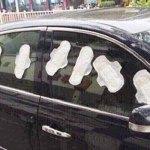 Mulher suspeita de traição de namorado e gruda absorventes em carro para se vingar