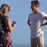 Convidando estranhas pra namorar na rua [vídeo]