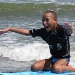 Menino com paralisia cerebral começa a andar após praticar surfe