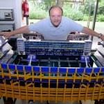 Um cara criou mesas de pebolim no formato real de estádios de futebol