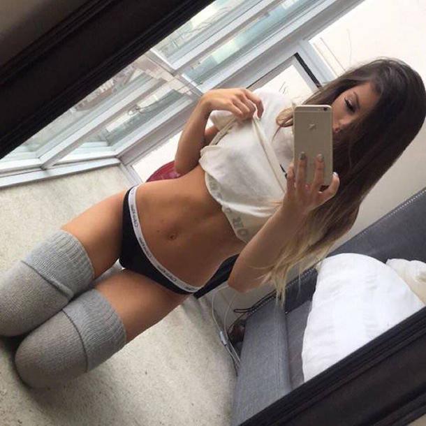 Existe algo muito sexy em mulheres usando meias longas (18)