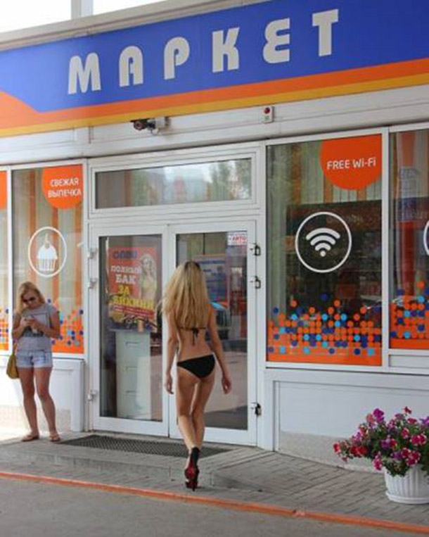 Posto na Russia oferece gasolina de graca para mulheres de biquini (16)