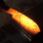 Aprenda a forjar uma faca usando cerveja, bacon e batata frita