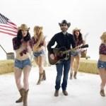 Loiras com peitos de fora no novo clipe de cantor country lançado no... Pornhub!