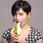 100 pessoas comendo uma banana de forma sedutora