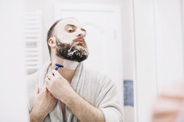 homem prefere fazer barba em casa