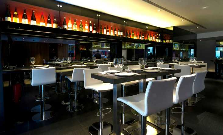 restaurante Albora mesas altas en zona de barra Te Veo en Madrid